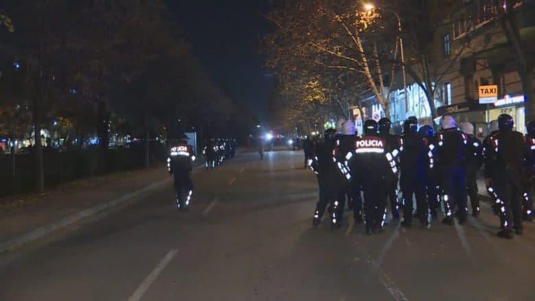 Policia në Tiranë shpërndan protestuesit te kryeministria, shoqërohen disa persona